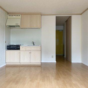 キッチンスペースには隔たりがないので、調理家電などを置くラックなどもおけそう!