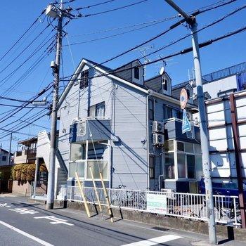 建物は木造2階建てアパート。