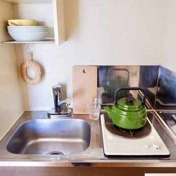 上部の棚では、調味料を保存したり食器を乾かしたりできますよ。