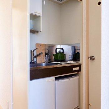 シンプルでスマートなキッチン。冷蔵庫も収まっています。