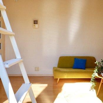 写真のソファがある場所に、ベッドを配置するとスッキリとしたレイアウトに。