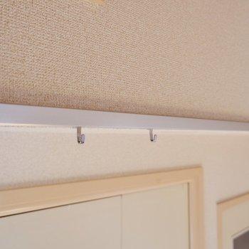 扉の上部にはピクチャーレールがありますね。ドライフラワーなど吊るしてみては。