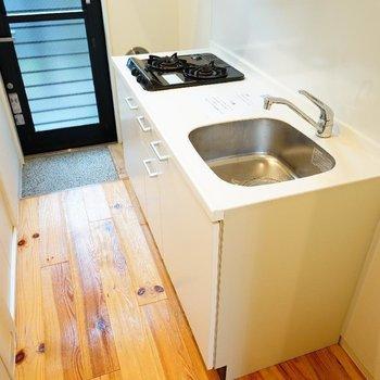 キッチンはゆったり2口ガスです。 ※写真は1階の同間取り別部屋のものです