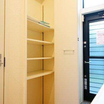 可動式でブーツなどもしまえます。 ※写真は1階の同間取り別部屋のものです