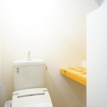 トイレは温水洗浄と棚付きで便利。 ※写真は1階の同間取り別部屋のものです