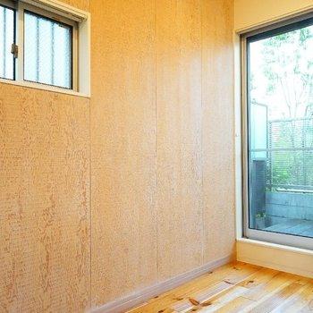 壁一面は木目アクセントクロス。二面採光で日当たり良好です。 ※写真は1階の同間取り別部屋のものです