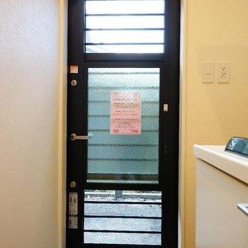 玄関扉は窓としても使えます! ※写真は1階の同間取り別部屋のものです
