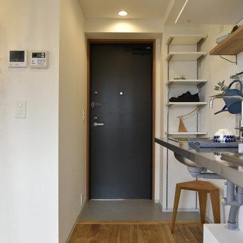 オープンな印象の玄関。チャコールグレーのドアに渋みを感じますね。