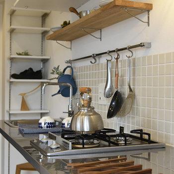 まるでカフェの厨房みたいな、実用的なお洒落さを感じます。
