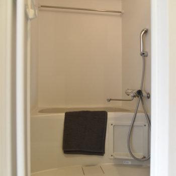 浴室はシンプルなデザイン。