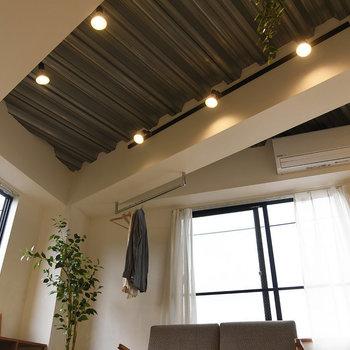 とっても個性的な天井。インダストリアルな感じが空間を引き締めていますね。