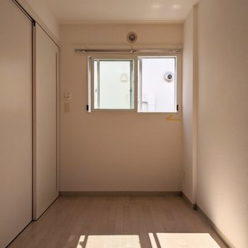 【洋室】窓は西向き。午後に明るい日差しが入ってきます。