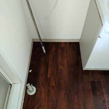 洗面台横には洗濯機置き場があります。