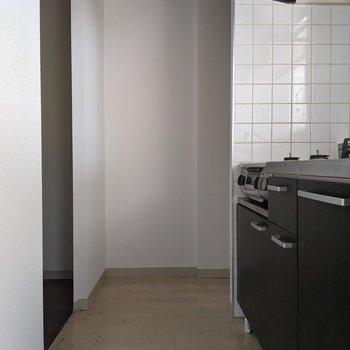 【LDK】キッチンを通って洗面台へ向かいます。