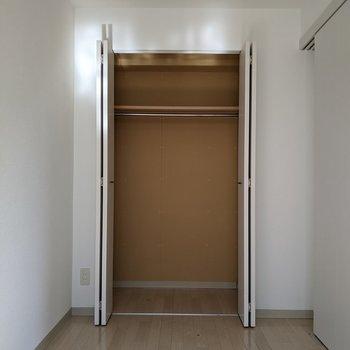 【洋室】クローゼットにはハンガーパイプがついています。衣類も収納できますよ。