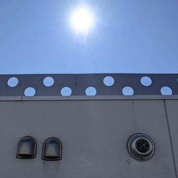 【洋室】窓から上を眺めると青空を見ることができます。