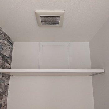 トイレ上には棚があります。トイレットペーパーや掃除道具を置くといいですね。