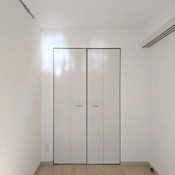 【洋室】約4.6帖。細長い形のお部屋です。