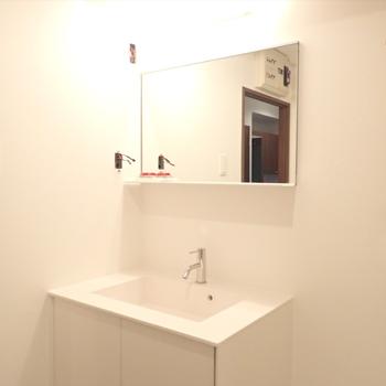 洗面台はスタイリッシュで素敵です ※写真は同間取り別部屋のもの