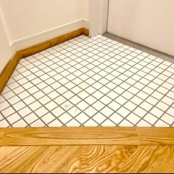【イメージ】玄関はかわいらしい白タイルです。