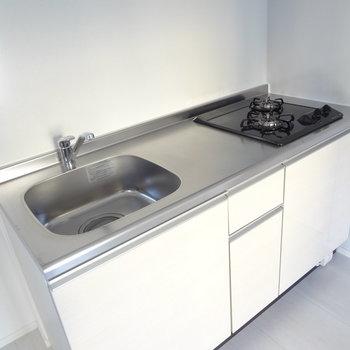 キッチンは1人暮らしには十分な広さ。作業スペースが広いのが嬉しい。(※写真は9階の同間取り別部屋のものです)