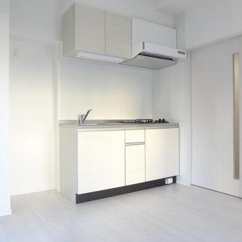 シンク側に冷蔵庫を置けます。(※写真は9階の同間取り別部屋のものです)