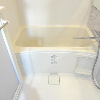 お風呂には浴室乾燥機がついていますよ!(※写真は9階の同間取り別部屋のものです)