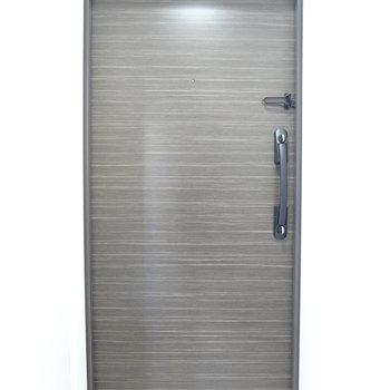 玄関はダブルロックで安心です◯(※写真は9階の同間取り別部屋のものです)