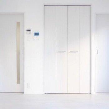 反対側には扉がたくさん……(※写真は9階の同間取り別部屋のものです)