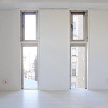 角部屋なので窓が多いです!家具はこちらに寄せて置きたい。(※写真は9階の同間取り別部屋のものです)