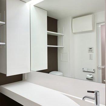 サニタリールームには大きな鏡の洗面台。気分が上がりますね!