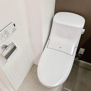 スタイリッシュなデザインで温水洗浄便座付き。