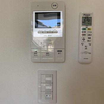 壁には安心のモニター付きインターホン。