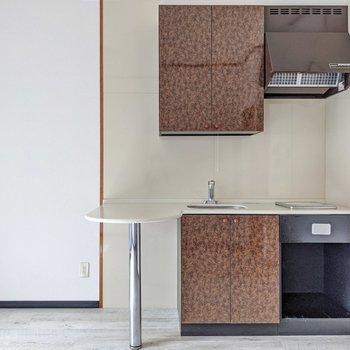 キッチンにはカウンターがついています。その隣に冷蔵庫を置きましょう。