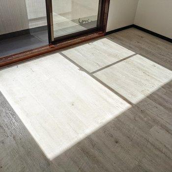 木目がはっきりした床。ナチュラルな家具も似合いそうです。