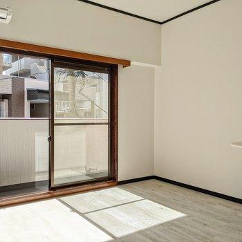 正方形に近い空間です。掃き出し窓と平行にベッドを置いてもよさそう。