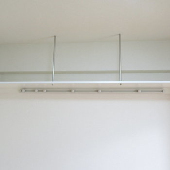 吊り棚は魅せる収納で(※写真は5階の同間取り別部屋のものです)