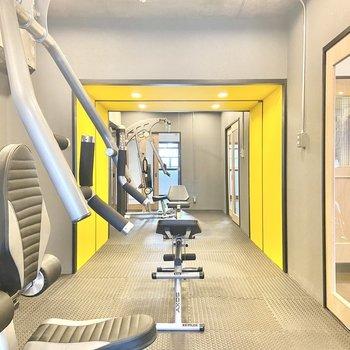 【洋7】開けると、なんと全身鏡付きのトレーニングルームが!イエローが映えてます。