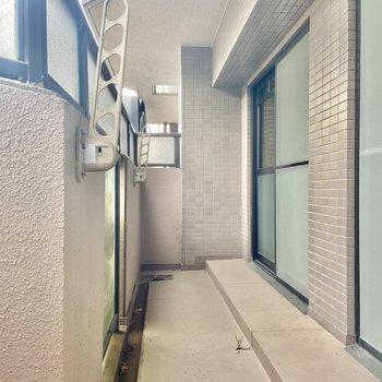 バルコニーへは、LDKと約6帖の洋室からアクセス可能です。
