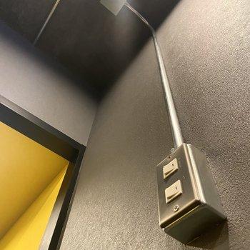 【洋7】ところどころにあるスイッチやコンセントからは天井へパイプが伸びています。