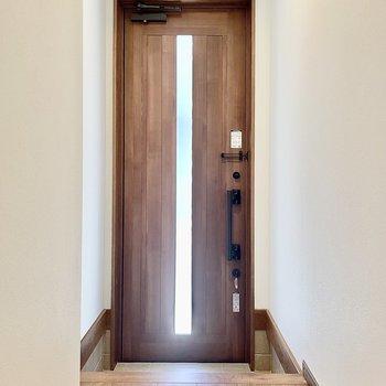 玄関の扉も木目調で重厚感がありますね〜。