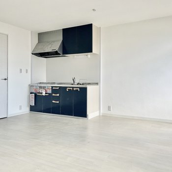 【LDK】キッチンもブルー系で統一感があります。