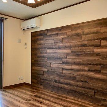 この壁の木感がたまりません〜〜(※写真は2階の同間取り別部屋のものです)