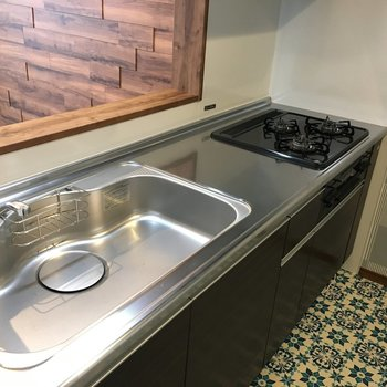 キッチンは広々。コンロは3口タイプのシステムキッチン(※写真は2階の同間取り別部屋のものです)