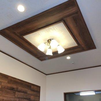 天井の照明もお洒落な雰囲気たっぷり(※写真は2階の同間取り別部屋のものです)