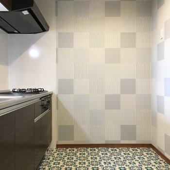 キッチンまわりの模様は雑貨屋さんのような雰囲気(※写真は2階の同間取り別部屋のものです)