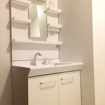 シンプルホワイトの洗面台はドレッサータイプで使いやすい!(※写真は2階の同間取り別部屋のものです)