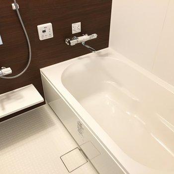 お風呂の浴槽広〜〜!居心地良すぎて寝ないようにしないとね(※写真は2階の同間取り別部屋のものです)