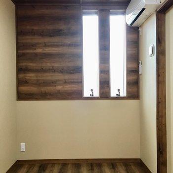 こちらは洋室です。細長の小窓がついています。エアコンも完備です!(※写真は2階の同間取り別部屋のものです)