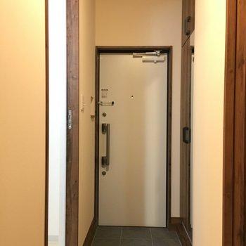 玄関周りも温かみのあるデザイン(※写真は2階の同間取り別部屋のものです)